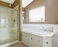 Intrerior ванной комнаты в белых и бежевых цветах Стоковая Фотография RF