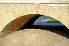 Intressant ärke- bro i St Petersburg royaltyfri foto