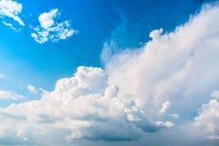 Intressant bildande av molnet i den blåa himlen Arkivbilder