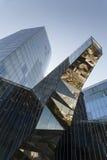 Intressant reflexioner i en glass facade Royaltyfri Foto