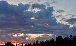 Intressant solnedgång över landet Royaltyfria Foton