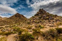 Intressanta västra Texas Landscape av ökenområde med Rocky Hills och grafitti Arkivbild