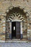 Intressera den gamla byzantine stenen och tegelstenar kyrktaga dörren i Sicilien royaltyfria bilder