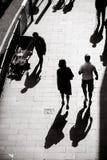 Intressera ljus- och skuggafotografi av vardagsliv på gatan av Hong Kong arkivfoton