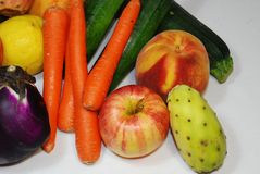 Intressera upps?ttningen av typisk medelhavs- frukt arkivfoto