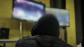 Intresserad man som spelar videospelet, gamermästerskap, hobby och fritid lager videofilmer