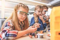 Intresserade barn i ljust rum Fotografering för Bildbyråer