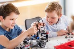 Intresserade le gossebarn som skapar leksaken Royaltyfri Foto