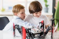 Intresserade manungar som skapar den tekniska leksaken Fotografering för Bildbyråer