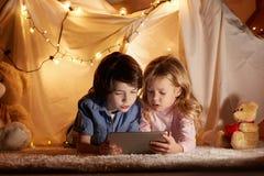 Intresserade ungar som spelar i barnkammare fotografering för bildbyråer
