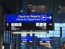 intérieur bleu d'aéroport, signe de porte, vol de compagnie aérienne Photographie stock libre de droits