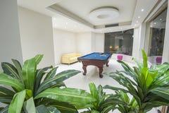 Intérieur d'une salle de jeux avec la table de billard de billards Image stock
