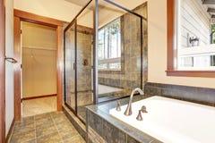 Intérieur de salle de bains avec l'équilibre de marbre de tuile Vue de la carlingue en verre de douche Photo libre de droits