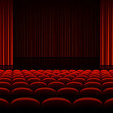 Intérieur de théâtre avec les rideaux et les sièges rouges Image libre de droits