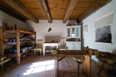 Intérieur de vieille maison rurale au siècle de la Pologne XIXth - la poterie fonctionne Photographie stock libre de droits