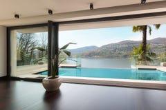 Intérieurs, maison avec la piscine Image libre de droits