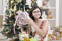 Intrigan a la muchacha al regalo de la Navidad Imagenes de archivo