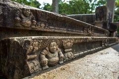 Intrigate empiedra tallas en una pared del Ratnaprasada en el sitio antiguo de Anuradhapura en Sri Lanka imagen de archivo