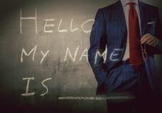 Introducción del uno mismo - hola, mi nombre es escrito en una pizarra con el hombre de negocios fotos de archivo