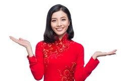 Introduceert de glimlach Vietnamese vrouw in kleding traditionele Ao Dai en Stock Afbeelding