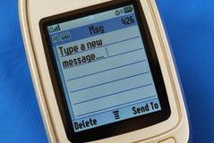 Introduction d'un message neuf de SMS dans un téléphone mobile Photo libre de droits