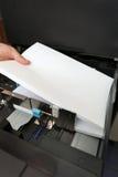 Introduz um papel A4 em uma copiadora do laser Fotos de Stock