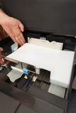 Introduz um papel A4 em uma copiadora do laser Imagens de Stock