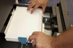Introduz um papel A4 em uma copiadora do laser Fotografia de Stock