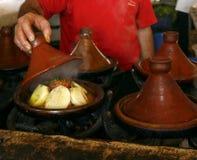 Introduza no mercado o cozinheiro que prende uma tampa de um tajine, Marrocos Fotos de Stock Royalty Free