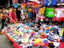 Introduza no mercado o vendedor que vende o quiapo dos produtos de matéria têxtil e de tela nas Filipinas imagem de stock
