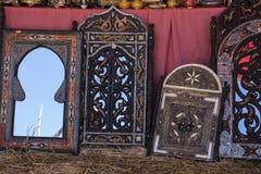 Introduza no mercado os artesanatos árabes, espelhos com quadro de madeira mão-cinzelado Fotos de Stock