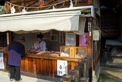 Introduza no mercado a tenda na cidade velha de Hida Takayama, Japão Fotografia de Stock Royalty Free