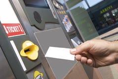 Introduzindo o bilhete para a área de estacionamento do aeroporto Foto de Stock Royalty Free