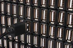 Introduzindo o cabo de USB em um de muitos porta usb foto de stock royalty free
