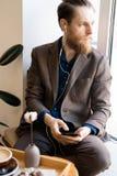 Introspekcyjny modnisia mężczyzna słucha muzyka w słuchawkach obrazy stock