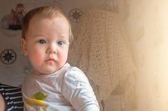 Introspektiver Blick des Kindes, welches die Kameras betrachtet Lizenzfreie Stockbilder