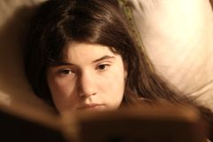 Introvert teenager girl reading book Royalty Free Stock Photos