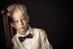 Introvertierte zurückgezogener kleiner blonder Junge Lizenzfreies Stockfoto