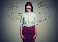 Introwertyk dziewczyna nie doceniać jaźni władzę obraz stock
