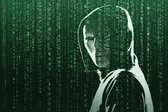 Intru anonyme au-dessus de fond numérique abstrait Visage foncé obscurci dans le masque et le capot Voleur de données, Internet photographie stock