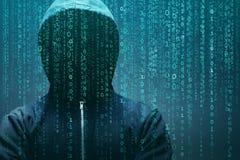 Intru anonyme au-dessus de fond numérique abstrait Visage foncé obscurci dans le masque et le capot Voleur de données, Internet photo stock