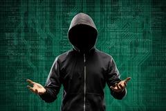 Intru anonyme au-dessus de fond numérique abstrait Visage foncé obscurci dans le masque et le capot Voleur de données, Internet image libre de droits