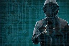 Intru anonyme avec un smartphone au-dessus de fond numérique abstrait Visage foncé obscurci dans le masque et le capot données photos libres de droits