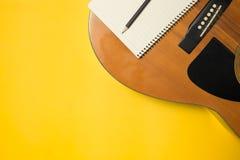 Intrument музыки на предпосылке цвета стоковые изображения