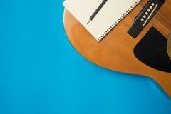Intrument музыки на предпосылке цвета стоковые фотографии rf