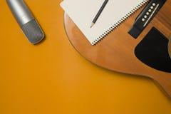 Intrument музыки на предпосылке цвета стоковое изображение rf