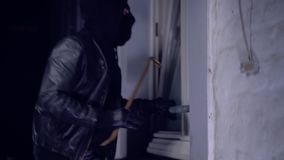 Intruso o ladrón con la palanca almacen de metraje de vídeo