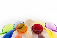 Intruz, drewniana łyżka po środku plastikowych łyżek fotografia stock