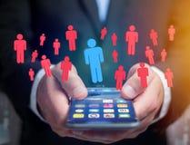 Intruz w grupie sieci ludzie biznes i kontaktowy przeciw - zdjęcie royalty free