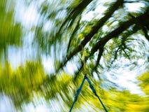 Intryck av att svänga på en trädgunga royaltyfria foton